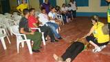 Cristina acadêmica do curso de Medicina demonstrando como fazer massagem cardíaca durante a palestra de primeiros socorros no dia 12/07 – turno matutino