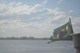 Contraste! Bandeira do Brasil e o rio Paraguai