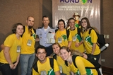 Equipe da Unochapecó entrega lembrança para um dos coordenadores do Projeto Rondon, Brigadeiro Verissimo