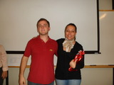 <p>Vinicius Gemelli, da empresa Life Soluções, recebendo o prêmio dos Selos da instrutora Silvana Alvin.</p>
