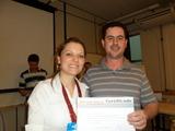 <p>Rafael Rosina, da empresa Volt, entregando o certificado do Empretec a coordenadora da Incubadora Franciele Pastre.</p>
