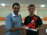 <p>Rodrigo, entregando o presente de amigo secreto ao estagiário da INCTECh, Mauricio.</p>