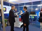 <p>Professor Cláudio Jacoski, Vice-Reitor de Planejameto da Unochapecó, entregando a placa de empresa graduada, ao empreendedor Samuel Feitosa, da Empresa Bean Web Soluções.</p>
