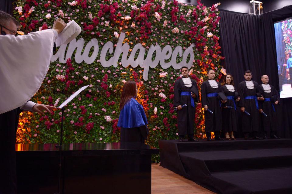 <p>Mais de 400 estudantes colaram grau na formatura institucional da Unochapecó</p>