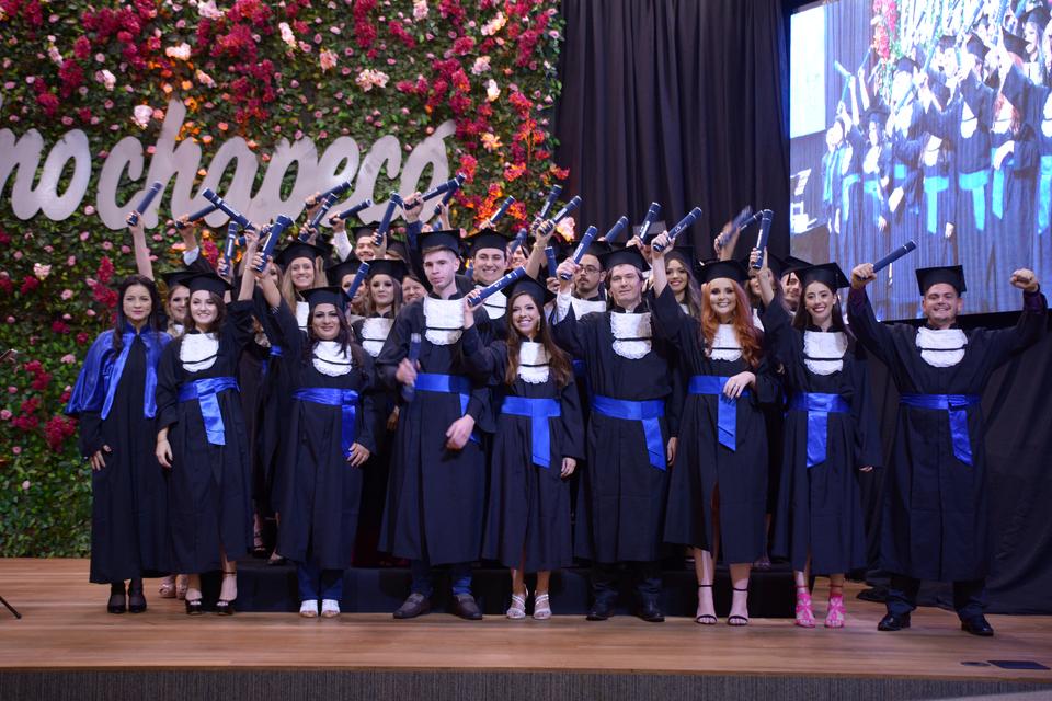<p>Mais de 220 formandos colaram grau na segunda noite de formatura institucional</p>