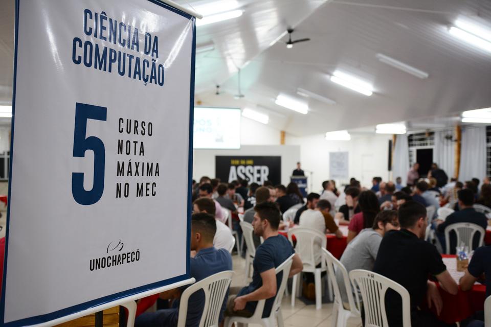 <p>Ciências da Computação da Unochapecó completa 25 anos em 2019. Para celebrar a ocasião, professores e acadêmicos do curso, além de representantes da Universidade, participaram de um evento na noite de quinta-feira (10/10).</p>