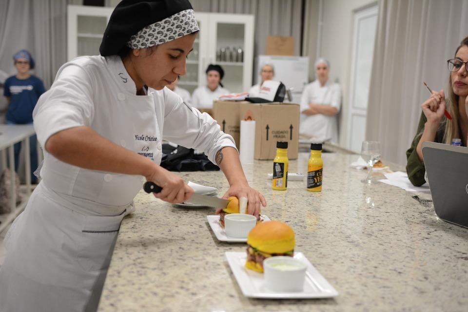 <p>Ontem (07/11) os estudantes dos cursos de Gastronomia, Engenharia Química e de Alimentos desenvolveram receitas inéditas de hambúrguer</p>