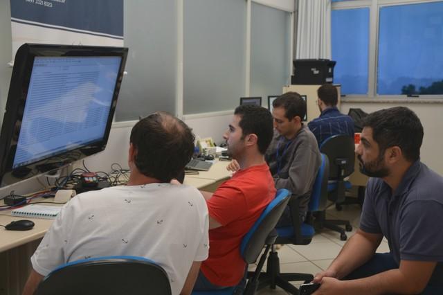 O técnico Fernando conversa com os representantes de uma empresa durante a homologação