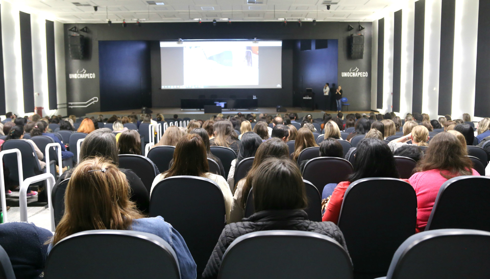 Evento reúne mais de 600 professores para debater a educação