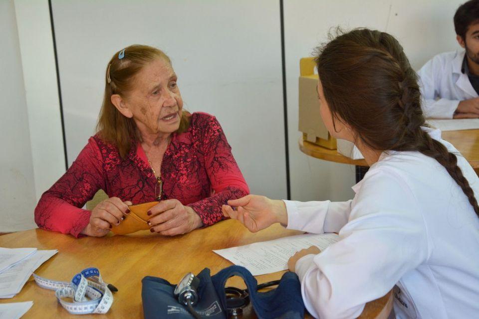 Estudantes de Medicina da Unochapecó promovem ação para idosos