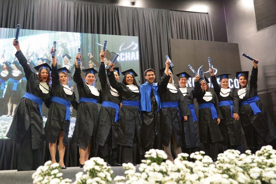 Mais de 400 alunos participam da formatura institucional da Unochapecó