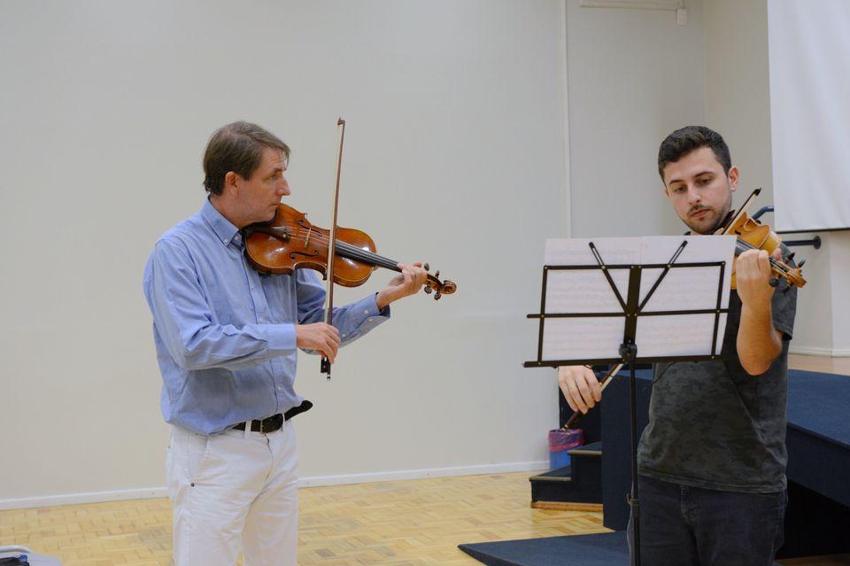 Violinista italiano ministra oficina de música na Unochapecó
