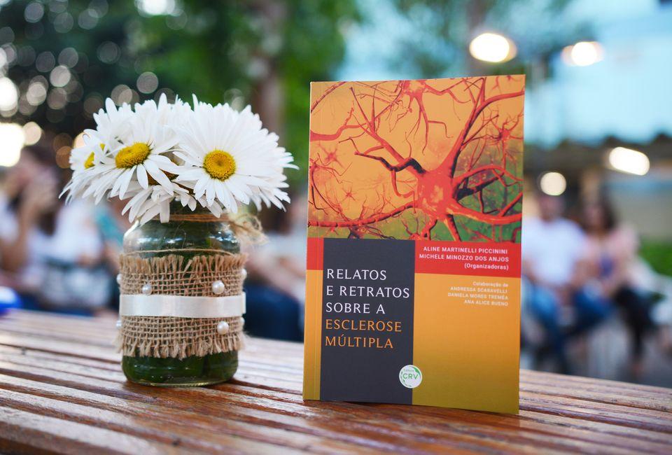 Livro com relatos de pessoas com esclerose múltipla é lançado na Unochapecó