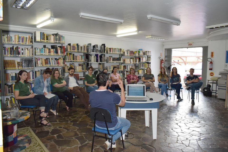 Ceom realiza oficina sobre preservação documental na Biblioteca Neiva Costella