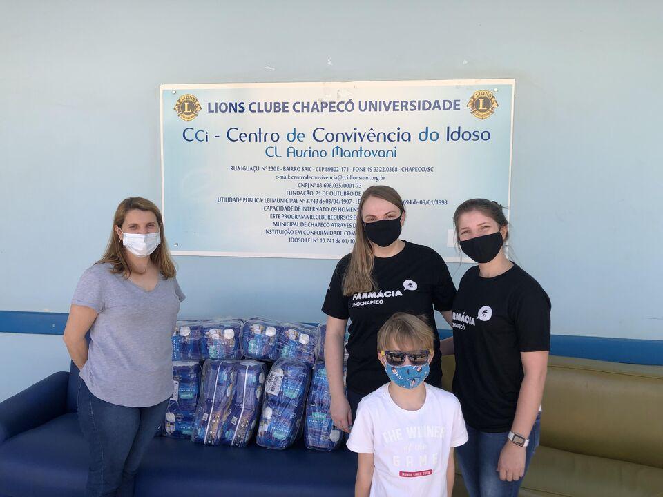 Curso de Farmácia doa fraldas geriátricas para Instituição de Chapecó