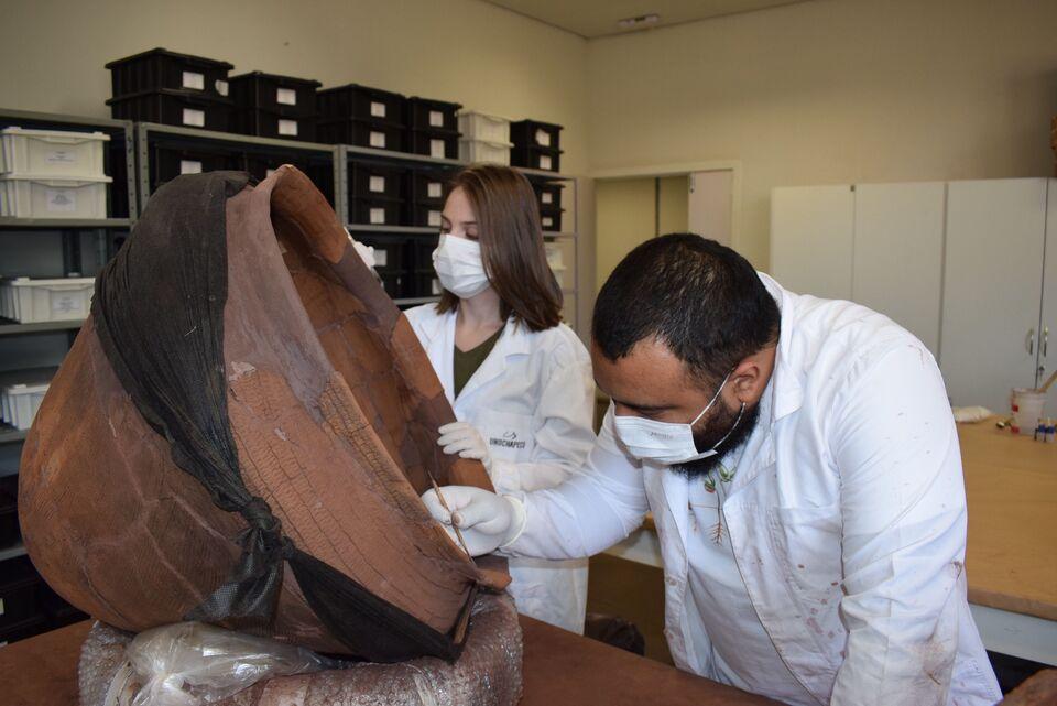 Ceom restaura peças arqueológicas e documentos históricos do acervo